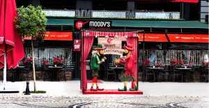 Hayali Küçük Ali Moody's Cafe'de...